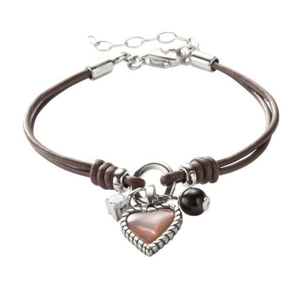 Bracelet en cuir composé de plusieurs pendentifs